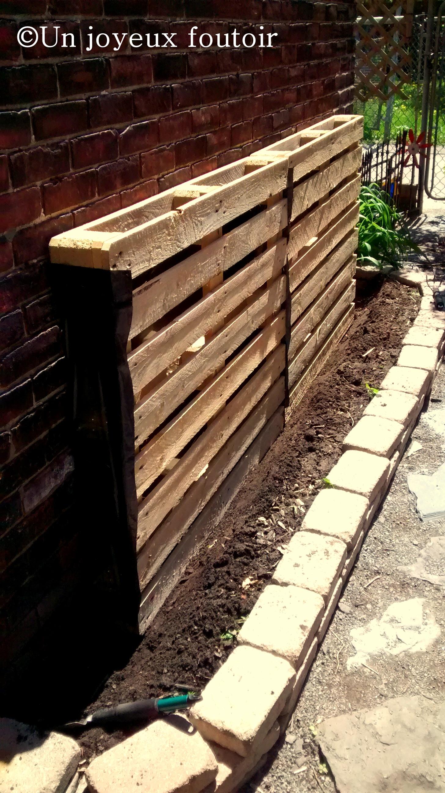 Comment faire un mur en bois de palette - Comment accrocher une guirlande lumineuse au mur exterieur ...